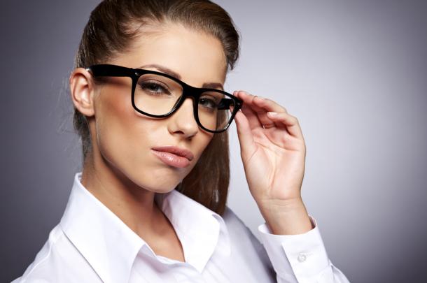 jak dobrać makijaż do okularów